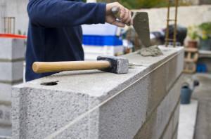 Un homme en train de construire un mur