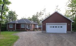 Un garage à côté d'une maison