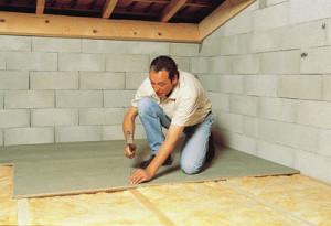Un artisan en train d'isoler un plancher