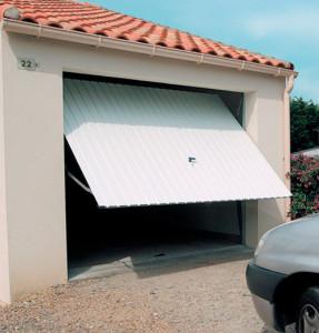 Une porte de garage à bascule